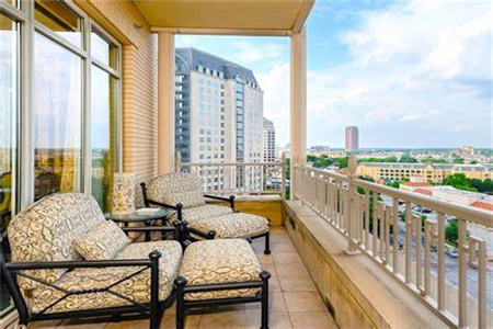 What Are the Advantages of the Open Living Room with a Balcony?